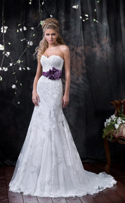 Элегантное свадебное платье с кружевным декором, широким цветным поясом и длинным шлейфом.