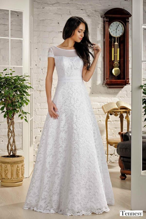 Свадебное платье «принцесса» с коротким рукавом и глянцевым кружевом на юбке.