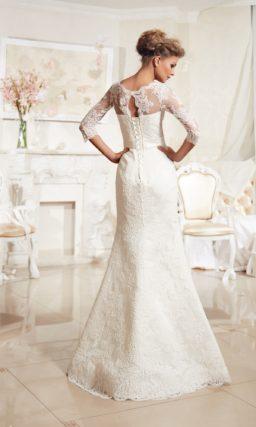 Свадебное платье «русалка» с облегающими кружевными рукавами и атласным поясом с бантом.