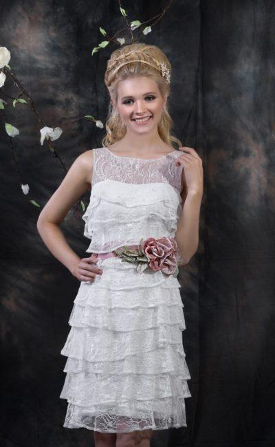 Эксцентричное свадебное платье длиной до середины бедра, покрытое пышными оборками.