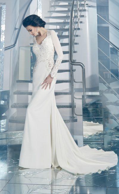 Лаконичное свадебное платье прямого кроя с изящным декольте и длинными рукавами.