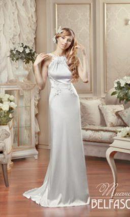 Атласное свадебное платье прямого кроя с оригинальной объемной отделкой закрытого верха.