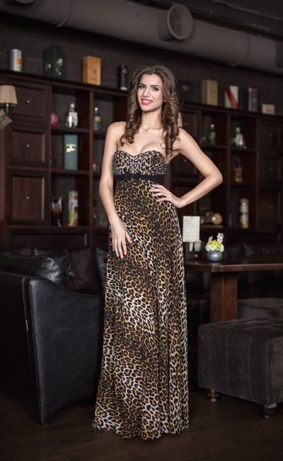 Лаконичное вечернее платье прямого кроя со стильным принтом.