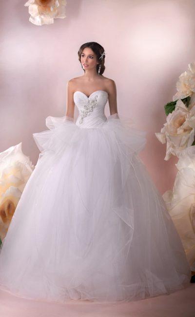Роскошное свадебное платье с объемной баской и соблазнительным открытым корсетом с вышивкой.