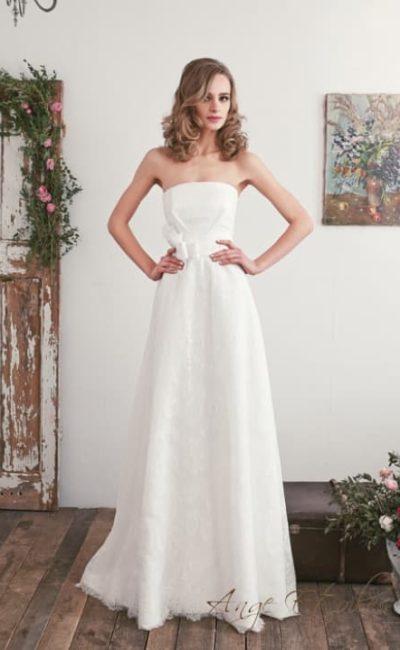 Свадебное платье-трансформер с широким поясом и болеро из кружевной ткани.