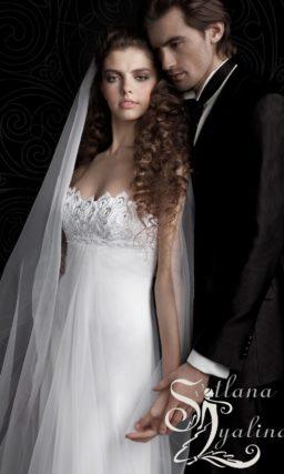 Прямое свадебное платье с открытым фигурным декольте.