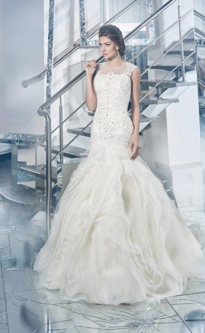Эксцентричное свадебное платье со сложной отделкой юбки и фактурным облегающим корсетом.