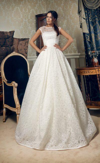 Пышное свадебное платье с закрытым лифом и отделкой ажурной тканью с крупным рисунком.