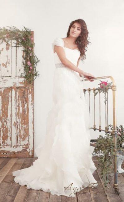 Ампирное свадебное платье с широким поясом и оборками на юбке.