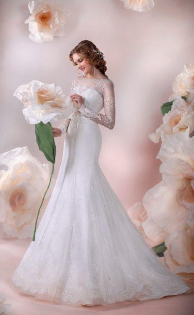 Изящное свадебное платье силуэта «рыбка» с закрытым кружевом верхом и длинными рукавами.