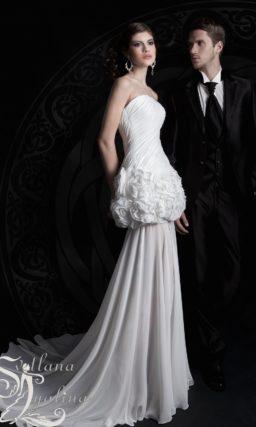 Необычное свадебное платье с прямой юбкой, декорированной бутонами на уровне бедер.