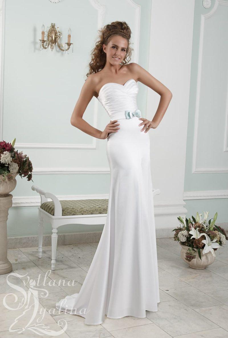 Облегающее свадебное платье из атласной ткани с лифом в форме сердца.