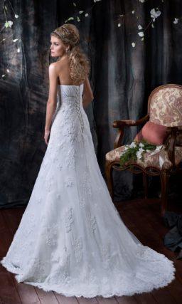 Свадебное платье кроя «трапеция» с деликатным открытым лифом и кружевным декором подола.