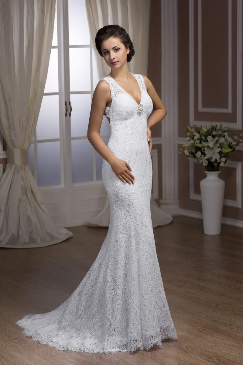 Свадебное платье «рыбка» с вырезом на спинке и декором из тонкой кружевной ткани.