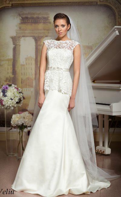 Кружевное свадебное платье «русалка» с короткой баской и атласным поясом с вышивкой.