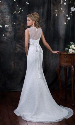 Свадебное платье «русалка» с фигурным V-образным декольте и поясом, украшенным бисером.