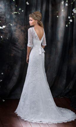 Изысканное свадебное платье с округлым вырезом и кружевными рукавами длиной в три четверти.
