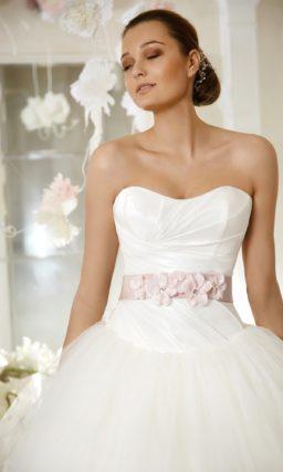 Пышное свадебное платье с соблазнительным корсетом и оригинальным цветным поясом на талии.