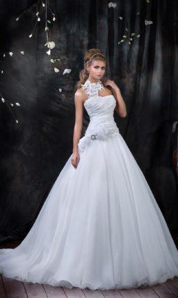 Открытое свадебное платье с необычным лифом, драпировками по корсету и пышным шлейфом.