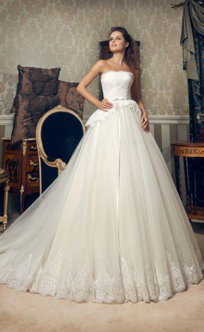 Открытое свадебное платье с короткой кружевной баской и изящным узким поясом на талии.