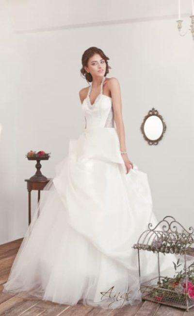 Свадебное платье с причудливой пышной юбкой и узкими бретелями.