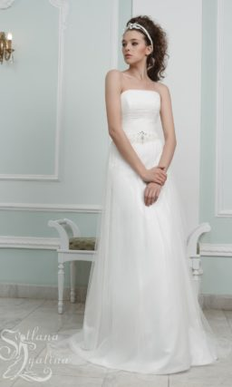 Элегантное свадебное платье с многослойной юбкой А-силуэта.