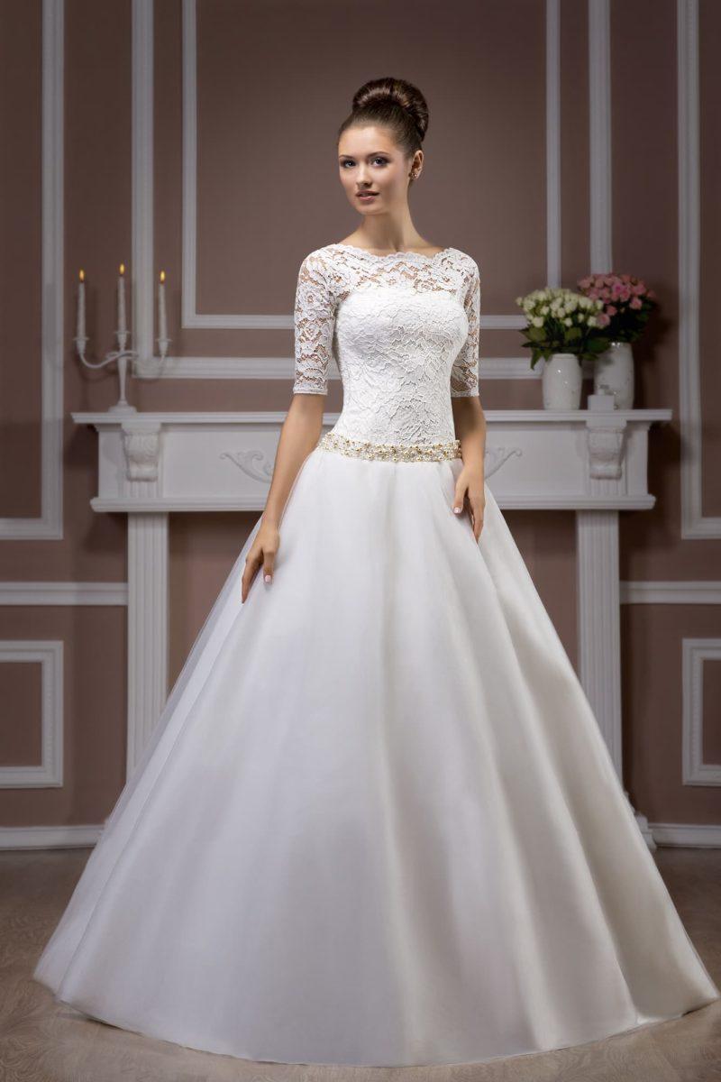 Свадебное платье с лаконичной юбкой «трапеция» и атласным поясом, украшенным вышивкой.