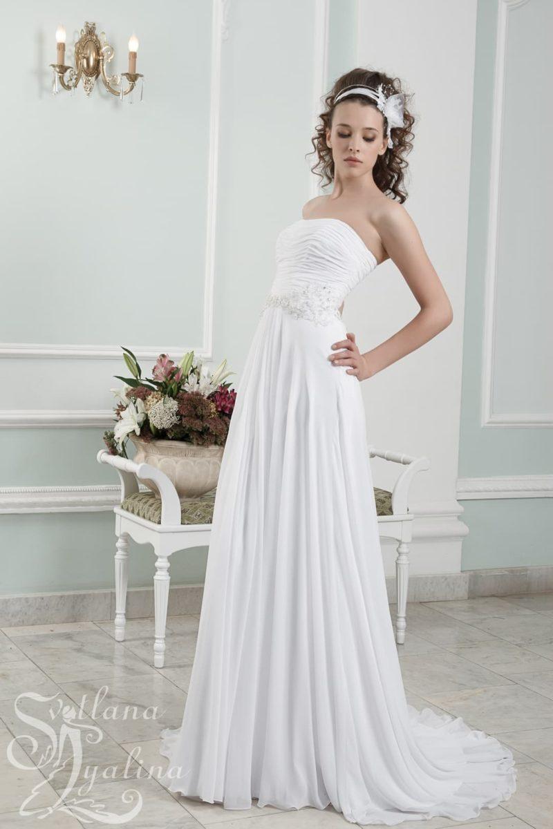 Прямое свадебное платье с элегантным лифом и небольшим шлейфом сзади.