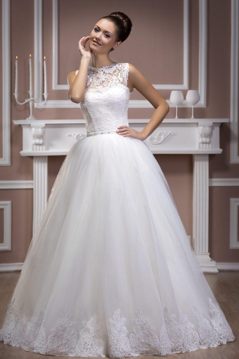 Пышное свадебное платье с кружевным декором открытого корсета и сияющей вышивкой на талии.