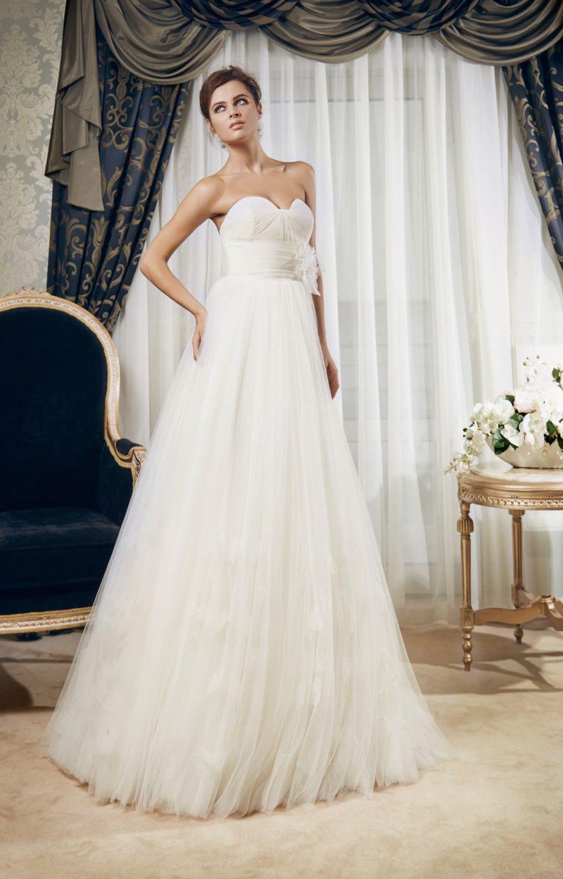Романтичное свадебное платье с притягательным открытым лифом и отделкой из драпировок.