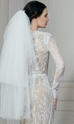 Романтичное свадебное платье прямого кроя, с бежевой подкладкой и объемным декором подола.