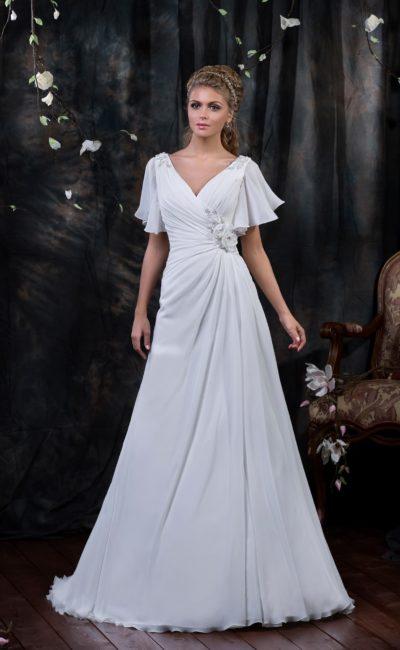 Элегантное свадебное платье с широкими рукавами и драпировками на корсете с V-образным вырезом.
