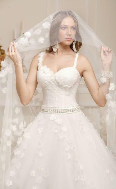 Свадебное платье с пышным подолом, покрытым романтичными бутонами, и открытым лифом.