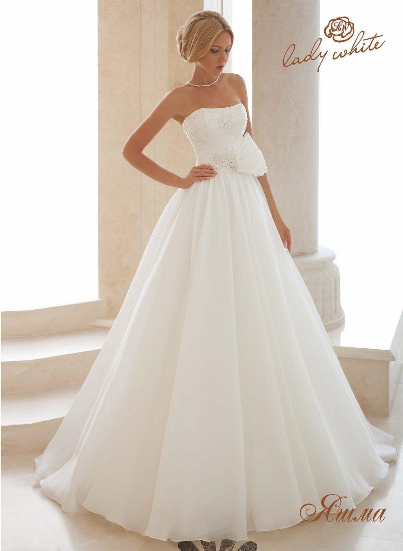 Открытое свадебное платье «принцесса» с пышным бантом на талии.