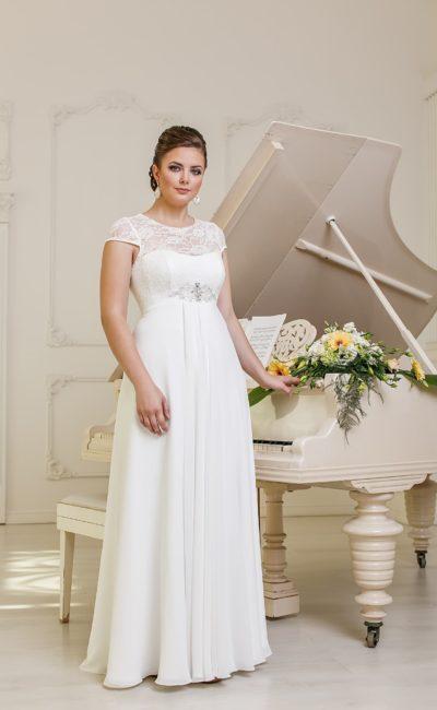 Стильное свадебное платье прямого кроя с завышенной линией талии и плотным кружевным верхом.