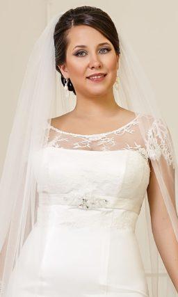 Атласное свадебное платье «рыбка» с завышенной линией талии и кружевной вставкой над лифом.