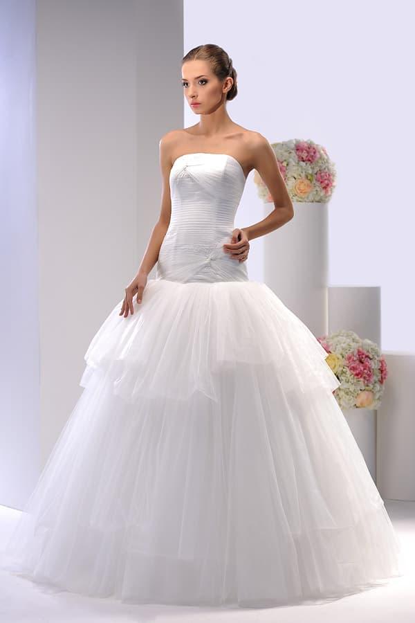Выразительное свадебное платье с заниженной талией и лифом прямого кроя.