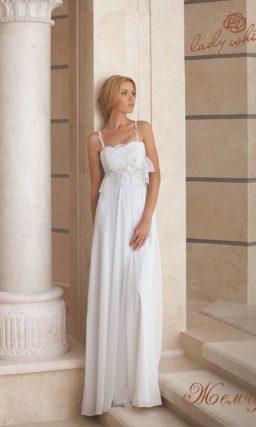 Прямое свадебное платье с узкими бретелями и завышенной талией.