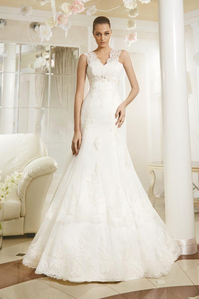Свадебное платье «русалка» с V-образным вырезом, созданным кружевными бретелями.