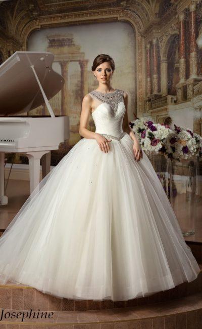 Шикарное свадебное платье пышного кроя с отделкой из стразов и бисера на открытом лифе.