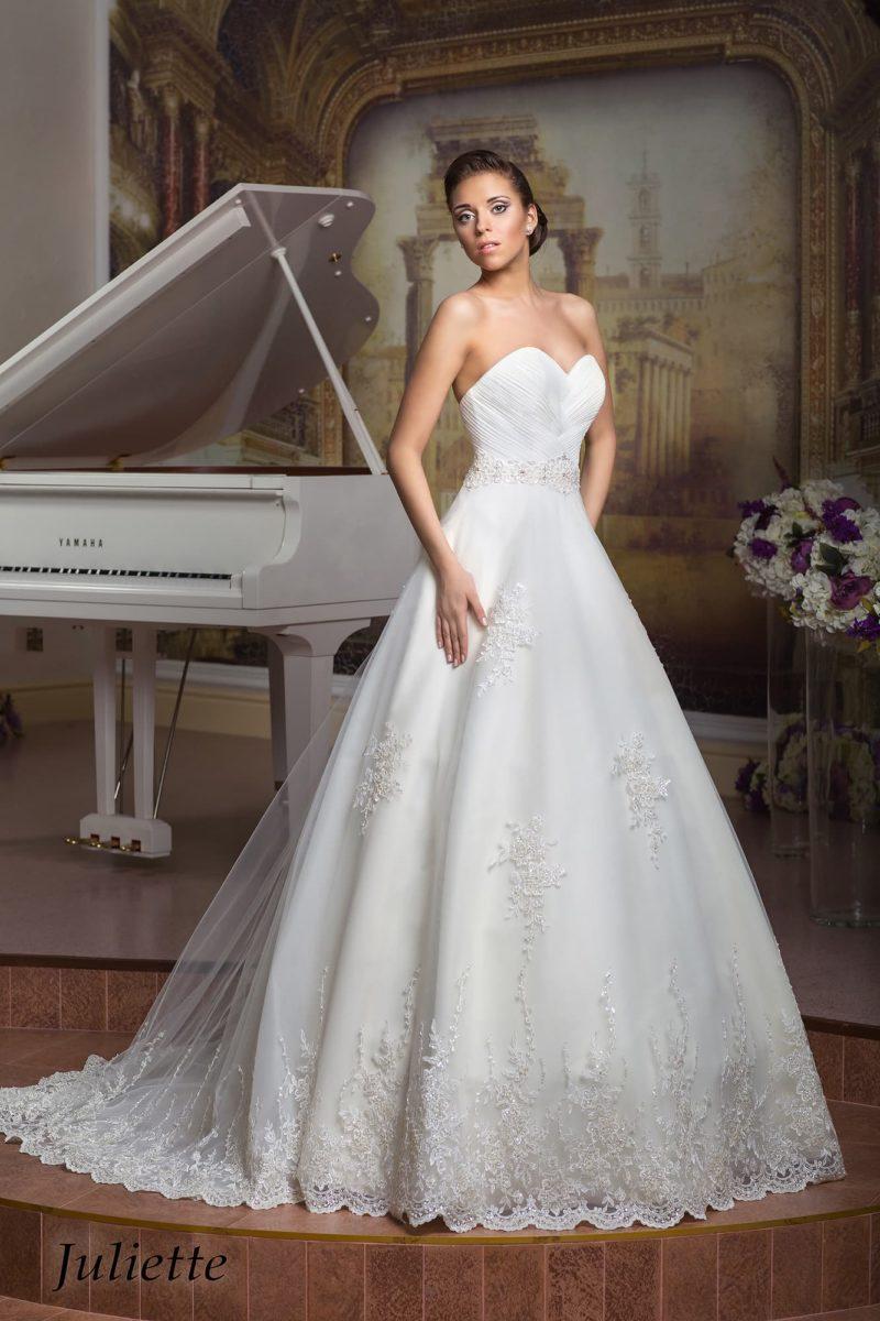 Изысканное свадебное платье «принцесса» с лифом-сердечком и аппликациями по подолу.