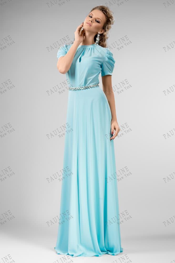 Голубое вечернее платье с пышным рукавом и вырезом под горло.