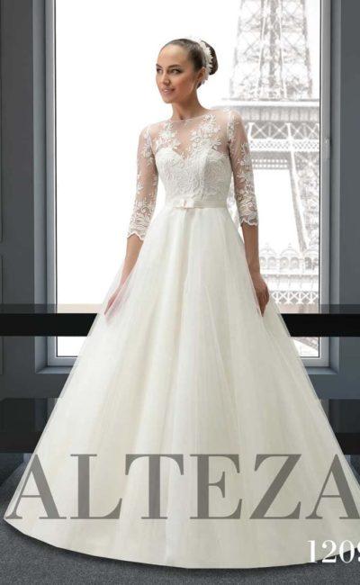 Свадебное платье «принцесса» с кружевным рукавом ¾ и поясом с маленьким бантом.