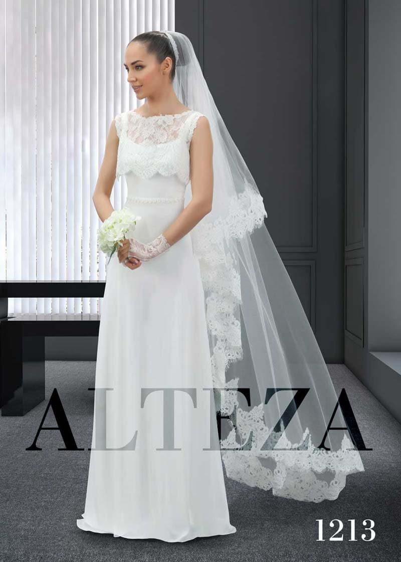 Прямое свадебное платье с нежной кружевной накидкой на лифе.