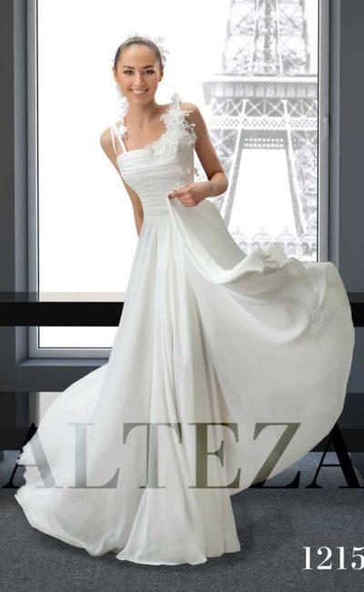 Прямое свадебное платье с асимметричным верхом, покрытым объемными бутонами.