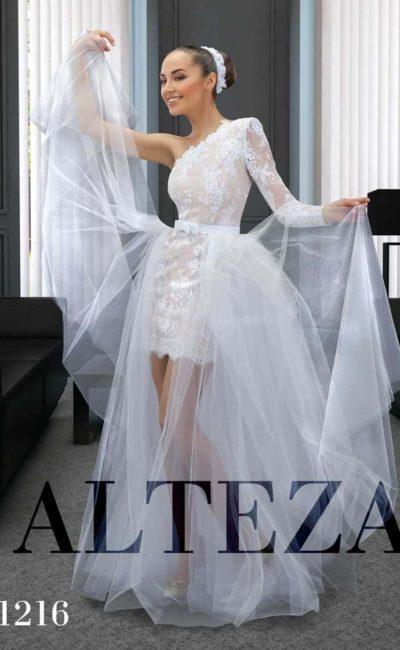 Короткое свадебное платье с бежевой подкладкой и прозрачной верхней юбкой.