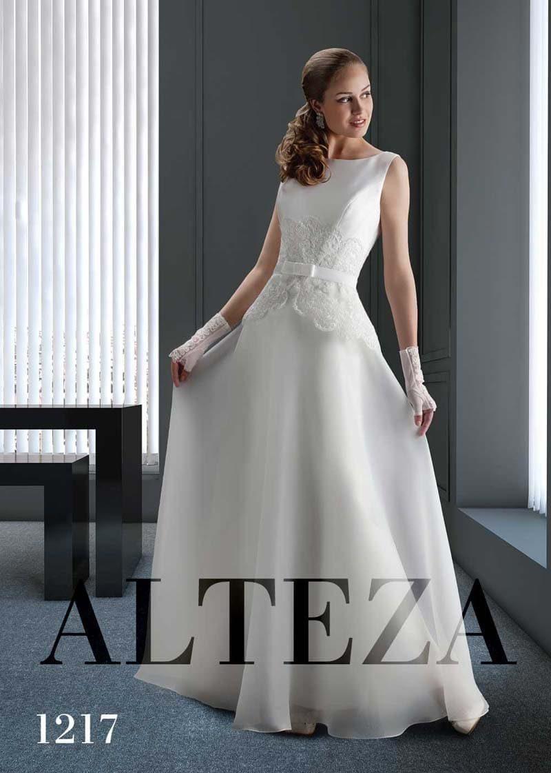 Закрытое свадебное платье с кружевом на линии талии и прямой юбкой.