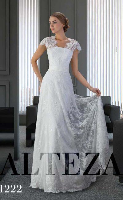 Кружевное свадебное платье прямого кроя с коротким фигурным рукавом.
