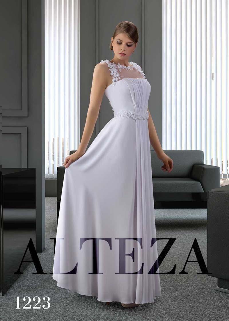Прямое свадебное платье с объемной отделкой закрытого лифа.