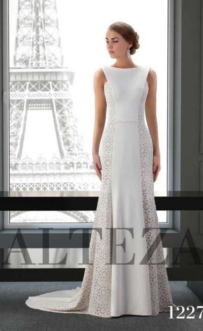 Облегающее свадебное платье с фактурными вставками по бокам.